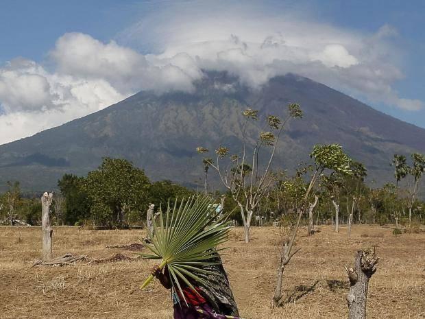 Mount+Agung+threatens+to+erupt.