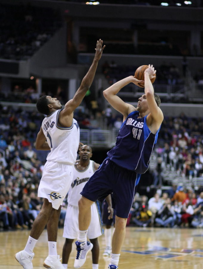 Nowitzki shoots his