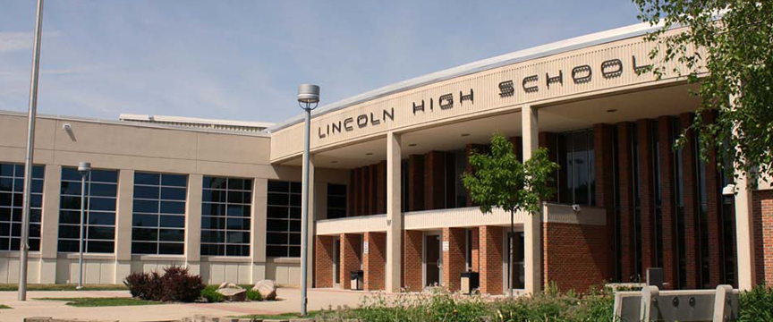 The+front+of+Lincoln+High+school.+