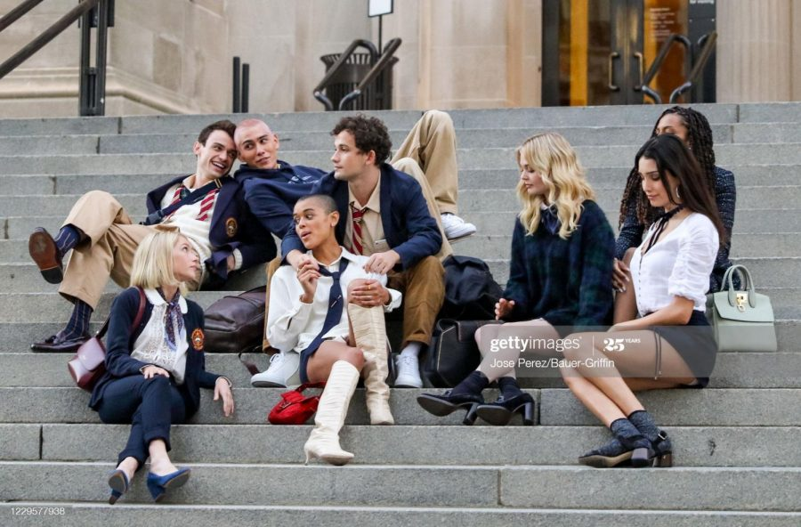 The new actors and actresses of the Gossip Girl reboot pose on the Met steps.